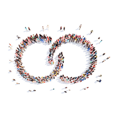 fila: Un gran grupo de personas en la forma de una cadena. Aislado, fondo blanco. Foto de archivo