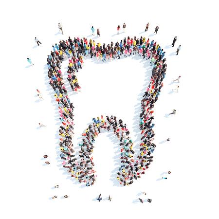 caries dental: Un gran grupo de personas en la forma de un diente. Aislado, fondo blanco.