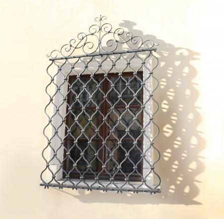 Cuadrícula de la ventana decorativa cayendo sombra calada