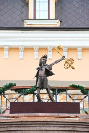 """KIEV, UKRAINE - 20 juillet: Pinocchio. Statue en bronze du personnage de conte de fées """"La Clé d'Or, ou les aventures de Pinocchio"""". Photo prise près de l'Academic Puppet Theater Kiev le 20 Juillet 2013. Banque d'images - 22294249"""