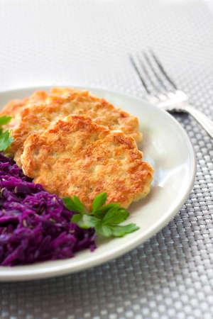 bign�: Frittelle di pollo e cavolo rosso in umido con semi di cumino