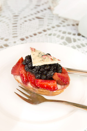 Tartlet with custard, berries and white chocolate