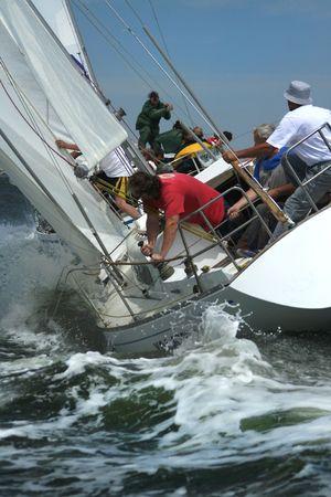 L'uomo della tempesta di mare. Yacht in alto onde. Uomo di lavoro. Coraggio e il rischio della tempesta di mare.