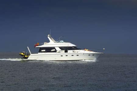 seafaring: Lancha sobre el agua. El hombre y establece un descanso por un barco. Es buen descanso  Foto de archivo