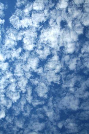 inmejorablemente: Nubes blancas en un fondo del cielo azul claro idealmente para su uso Foto de archivo