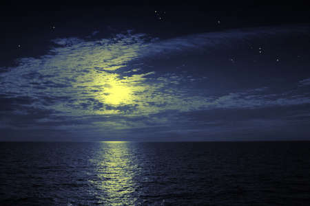 sol y luna: La luz de la luna y la reflexi�n en silencio en el agua. Perfecta noche! Lo ideal para su uso  Foto de archivo