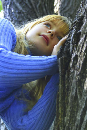 inmejorablemente: La muchacha en un bosque cerca de un �rbol. Ojos de las palomas del cielo. Una luz de pelo. El bello rostro de la joven. Lo ideal para su uso.