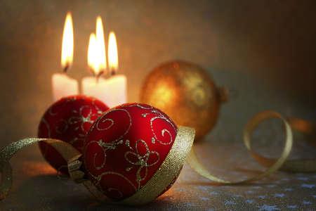 velas de navidad: La quema de velas, bolas y cintas de oro que son la Navidad
