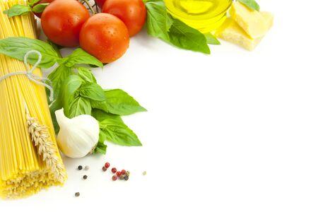 Ingredientes para cocinar italiano / frame composición / aislados en blanco
