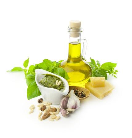 Verse pesto en de ingrediënten  ¯ soleerd op wit Stockfoto
