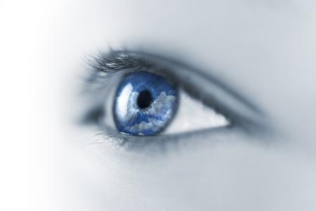 Jeune yeux whith ciel et de la réflexion Nuages ??/ Macro Banque d'images
