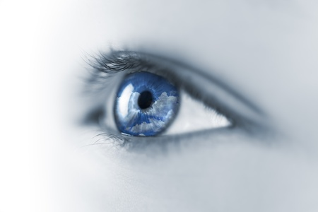 Jonge Eye breken lucht en de wolken reflectie / Macro Stockfoto