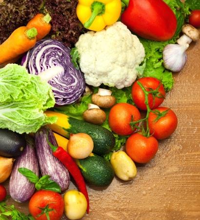 Assortiment van verse biologische groenten / op de houten bureau / met waterdruppeltjes