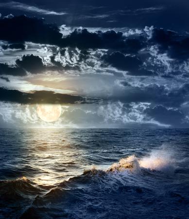 劇的な空と夜と大きなムーン - 美しいと危険な天候の嵐の海 写真素材