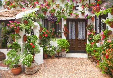 春の花の装飾の古い家, スペイン、コルドバ、ヨーロッパ