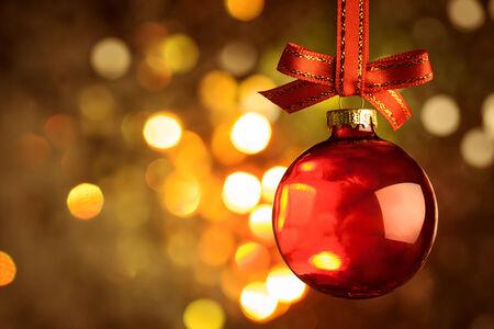 Navidad chuchería roja y arco sobre fondo bokeh magia