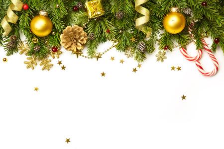 Ramas de árbol de Navidad con adornos de oro, estrellas, copos de nieve aislados en blanco - frontera horizontal