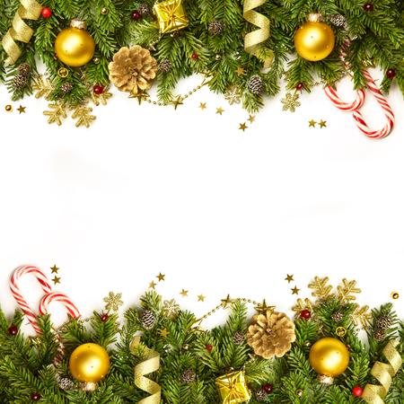 Ramas de árbol de Navidad con adornos de oro, estrellas, copos de nieve - frontera aislado en blanco - horizontal Foto de archivo