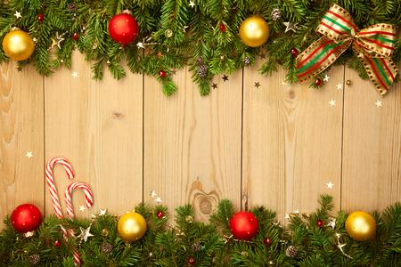 Kerst achtergrond met spar, snoepjes, kerstballen en sterren op hout Stockfoto