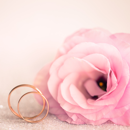 Sfondo di nozze delicato con Anelli e Rosa Eustoma Fiore Archivio Fotografico - 33278980