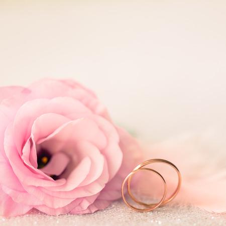 골드 반지와 아름 다운 꽃 빈티지 SILE 웨딩 배경 스톡 콘텐츠