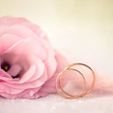 골드 반지와 아름 다운 꽃 결혼식 배경 사랑 - 매크로