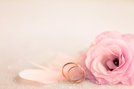 골드 반지와 웨딩 배경, Eustoma는 꽃과 밝은 분홍색 깃털 장미