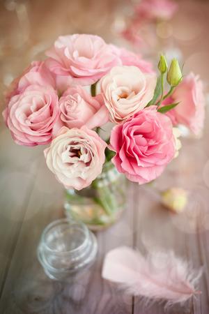 장미 깃털과 나뭇잎 밝은 로맨틱 세로 배경