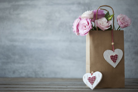 St. Valentines Day minimalistic background with pink flowers and hearts Stockfoto