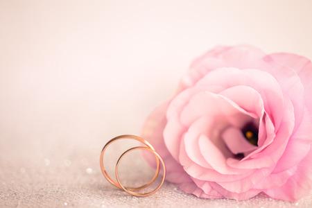 반지과 아름 다운 꽃과 부드러운 핑크 웨딩 배경 스톡 콘텐츠
