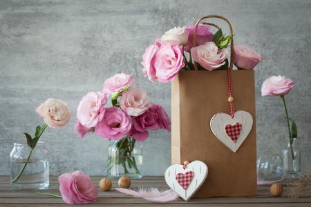 Bruiloft vintage stijl achtergrond met roze bloemen en harten Stockfoto