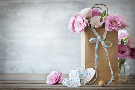 Valentines Day background with pink roses, bow and paper Hearts Stockfoto