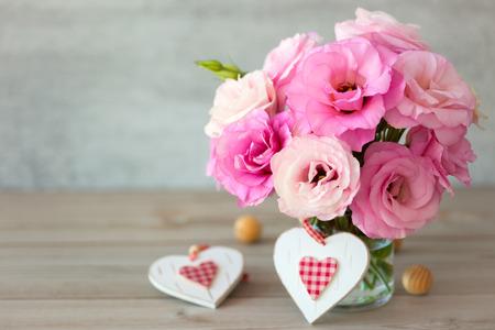Twee Handgemaakte harten van de Valentijnskaart met bloemen boeket Stockfoto