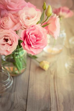 Heldere romantische achtergrond met rozen en bokeh, kopieer ruimte voor tekst Stockfoto