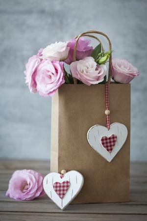 Romantische Gift met roze rozen en handgemaakte harten - vintage stijl