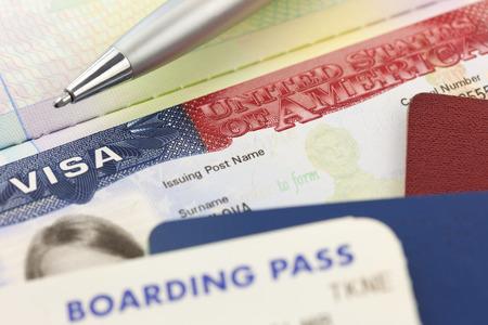 미국 비자, 여권, 탑승권 및 펜 - 외국 여행 배경