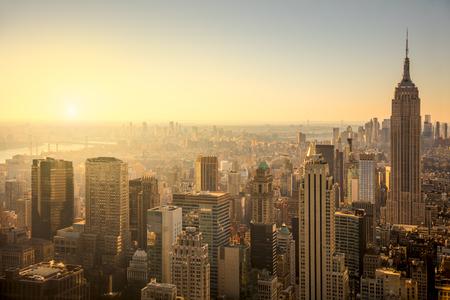 skyline van New York met de stedelijke wolkenkrabbers bij zachte zonsopgang, beroemde Manhattan view, USA Stockfoto