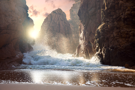 Fantastische grote rotsen en golven van de zee bij zonsondergang tijd. Dramatische scène. Beauty wereld landschap. Stockfoto