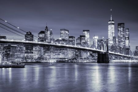 Vista di Manhattan con grattacieli e il vecchio ponte di Brooklin di notte, New York City illuminazione