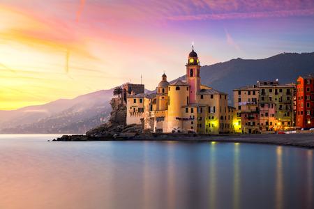 Schöne alte Mittelmeerstadt am sinrise Zeit mit Beleuchtung - Camogli, Italien, Europäische Reise