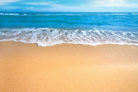 Meer oder Ozean leeren Strand mit sanften Brandung von Welle und sauber gelben Sand - Sommer-Konzept Hintergrund