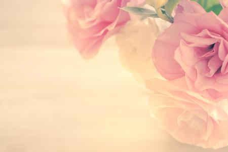Fondo floral de la vendimia con flores de color rosa suave y espacio de la copia