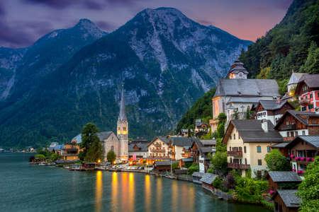 알프스의 유명한 Hallstatt 마을과 황혼, 오래 된 건축물, 오스트리아, 유럽 여행의 호수 여행 스톡 콘텐츠