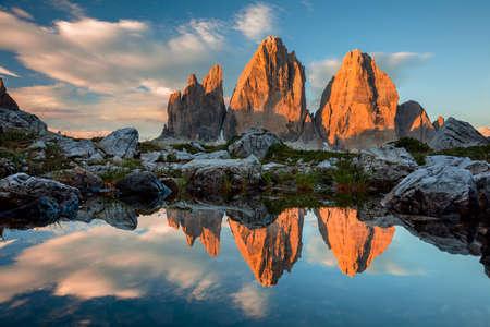 Drei Zinnen o Tre Cime di Lavaredo con la reflexión en el lago en la puesta del sol, dolomías, en Tirol del sur, Alpes italianos, Europa Foto de archivo