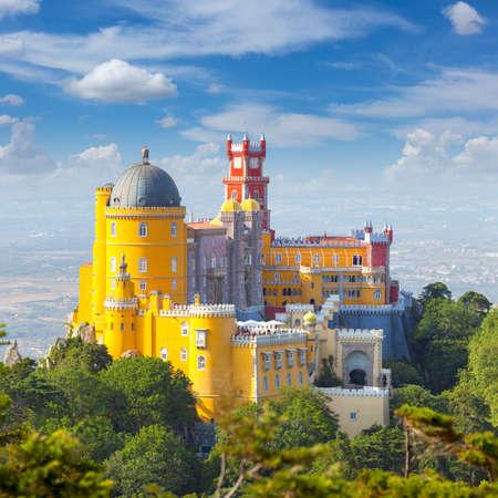 Beroemde Langmark - Nacional Palace of Pena en de blauwe hemel - Sintra, Lisboa, Portugal, Europa