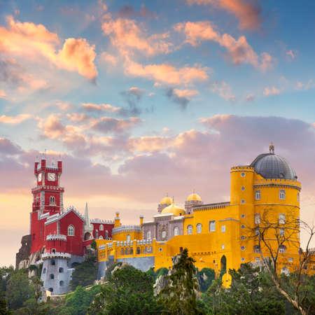 Pena Nationaal Paleis en zonsondergang hemel, beroemd oriëntatiepunt, Sintra, Lissabon, Portugal, Europa Stockfoto