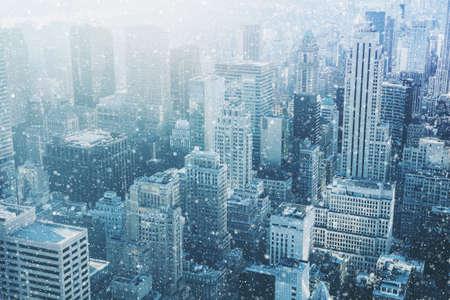 뉴욕시에서 눈 - 환상적인 이미지, 맨하탄, 미국 도시의 고층 빌딩의 스카이 라인 스톡 콘텐츠 - 64951796