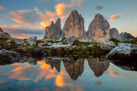 Tre Cime di Lavaredo am schönen Sonnenaufgang mit Reflexion in kleinen See, Dolomiten, Alpen, Italien, Europa (Drei Zinnen)