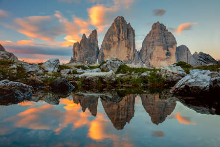 Tre Cime di Lavaredo bij mooie zonsopgang met reflectie in klein meertje, Dolomieten, Alpen, Italië, Europa (Drei Zinnen)