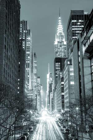 New York City 's nachts - 42nd Street met verkeer, lange blootstelling, zwart en wit getinte, NYC, USA Stockfoto
